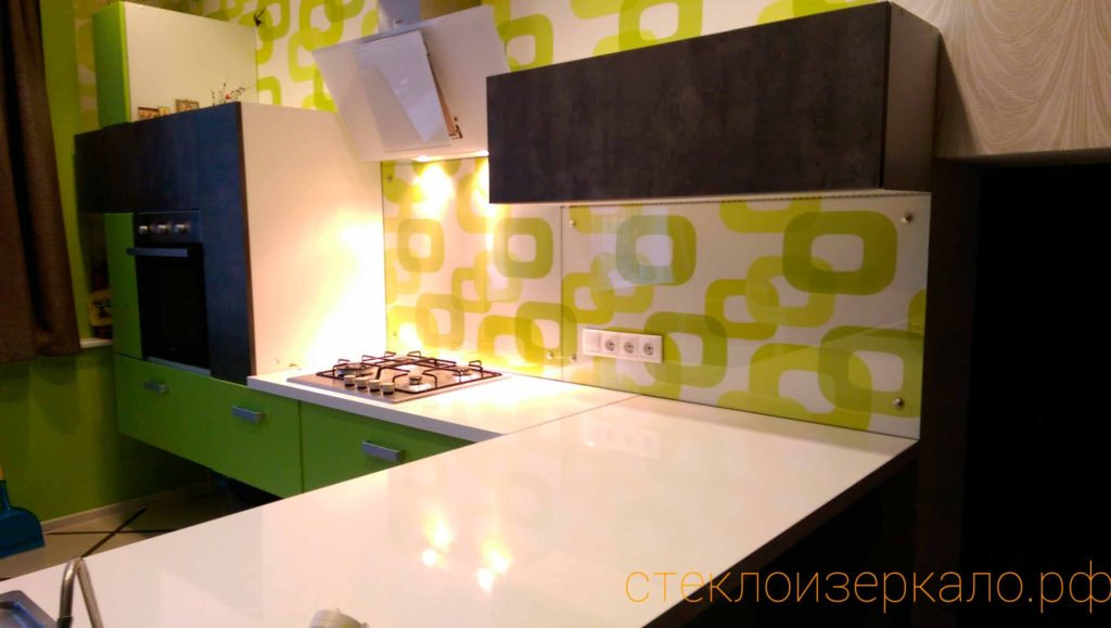 Кухонный фартук из стекла без печати на светлой кухне