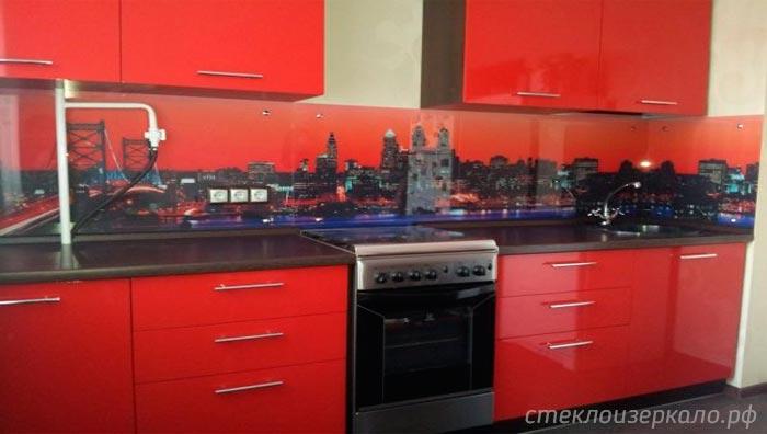 Кухонный фартук из стекла с фотопечатью города на красной кухне
