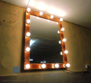 Гримерное зеркало в деревянной раме