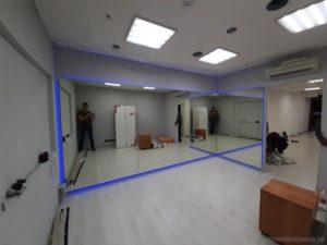 Большое зеркало с подсветкой в фитнес-зал