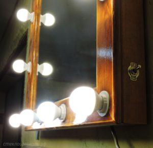 Гримерное зеркало с лампочками в деревянной раме