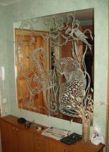 Зеркало в прихожей с пескоструйным рисунком
