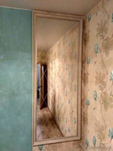 Зеркало в белом багете с рисунком ромбы