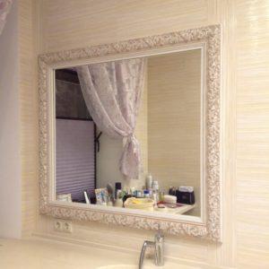 Зеркало в ванной комнате в белой раме