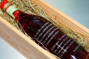 Бутылка вина с гравировкой в виде поздравления