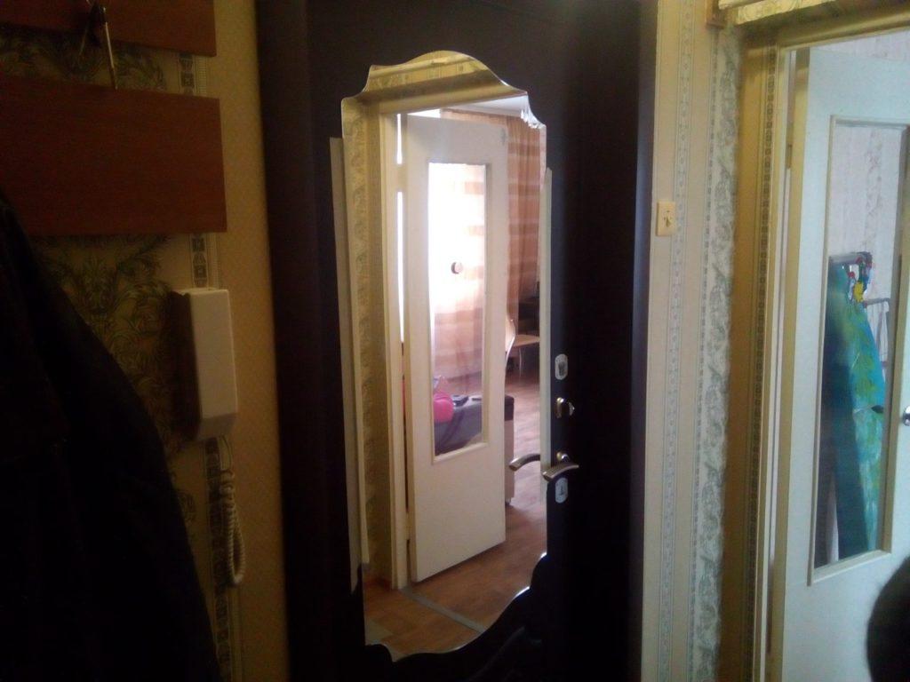 Зеркало фигурное на входной двери