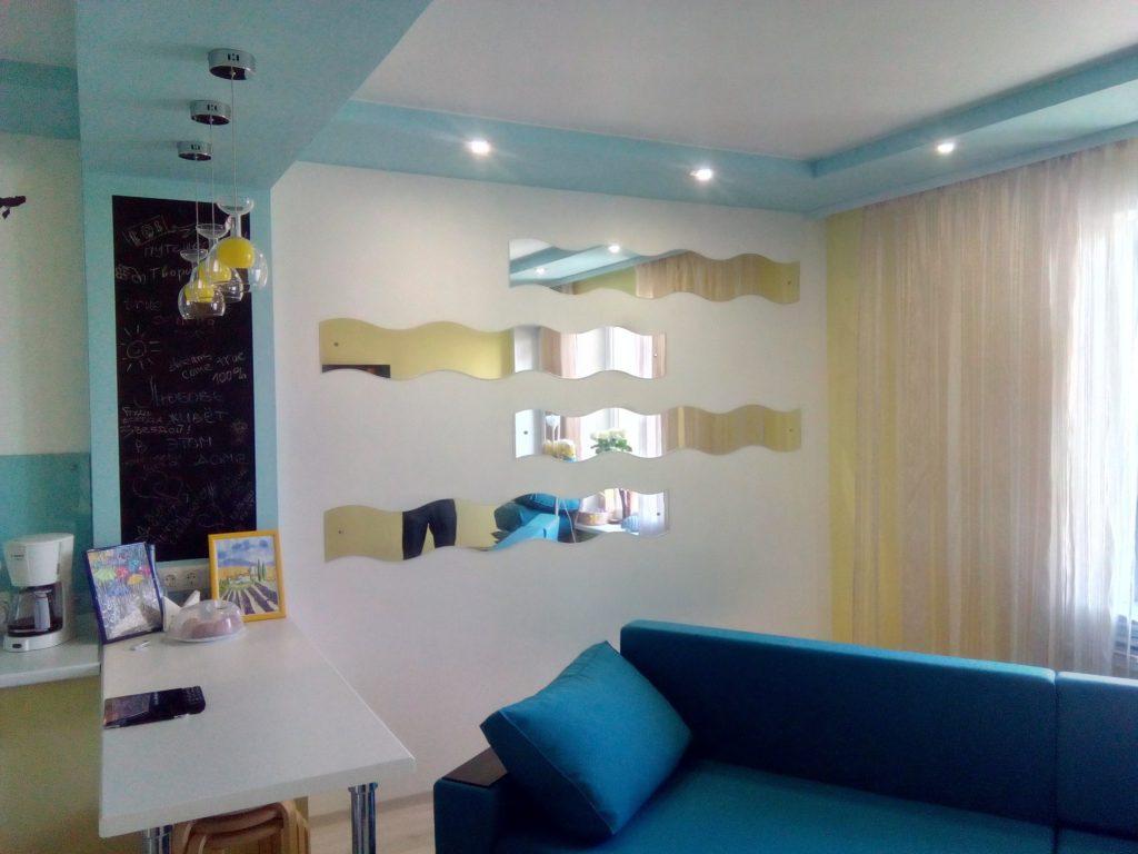 Дизайнерские зеркала на стене в гостиной