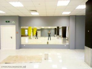 Большие зеркала в танцевальном помещении