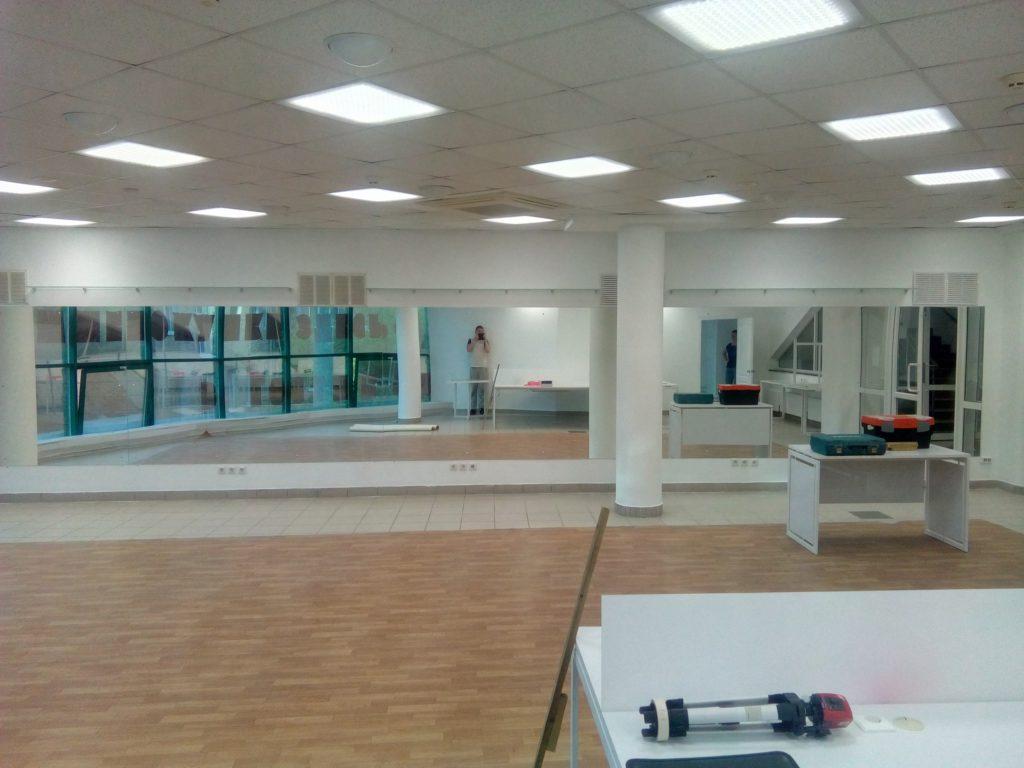 Зеркала в танцевальный зал с полками для кубков