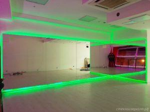 Большие зеркала в зале с зеленой подсветкой