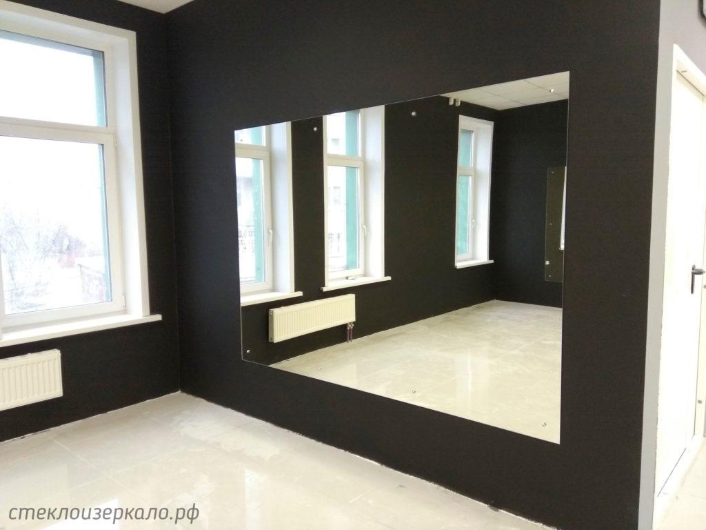 Большое зеркало в тренажерном зале