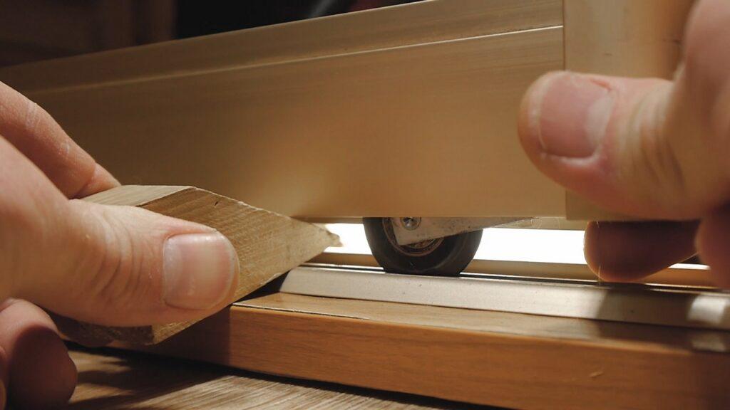 Как снять дверь шкафа купе с роликов